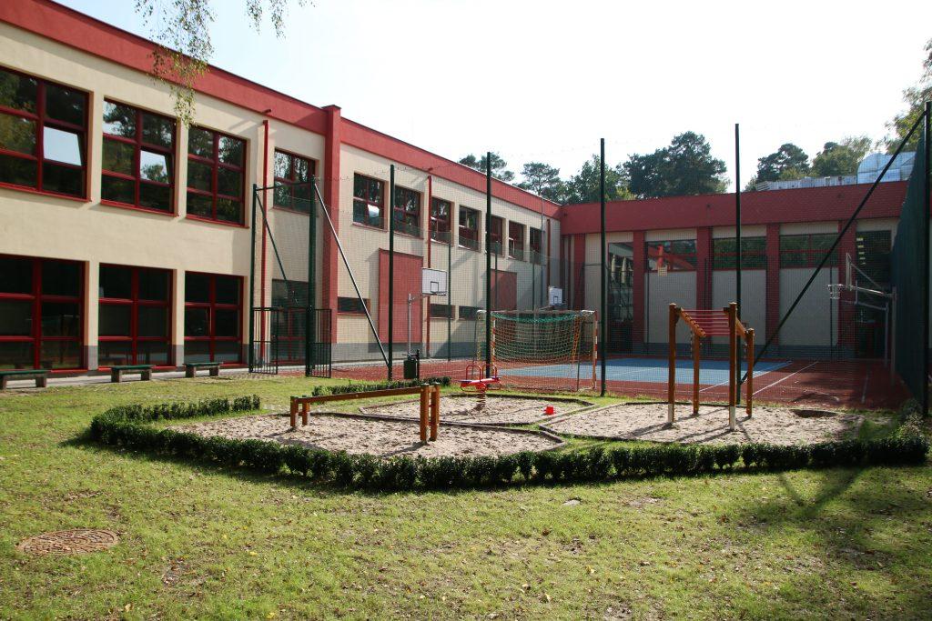 Rozbudowana szkoła podstawowa w Zalesiu Dolnym – foto Anna Grzejszczyk