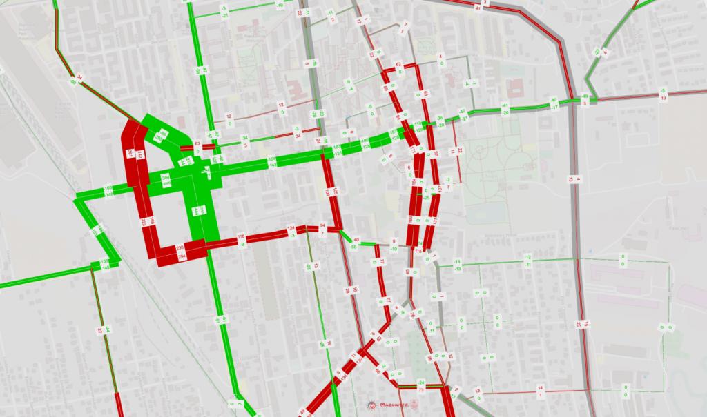 Diagram nr 2. Symulacja zmiany natężenia ruchu w godzinach popołudniowego szczytu po zamknięciu skrzyżowania ulic Dworcowej z Jana Pawła II – kolor zielony oznacza zmniejszenie natężenia ruchu, kolor czerwony zwiększenie.