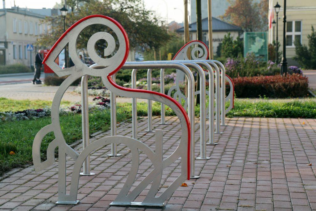Pomysłowe stojaki rowerowe w Piasecznie
