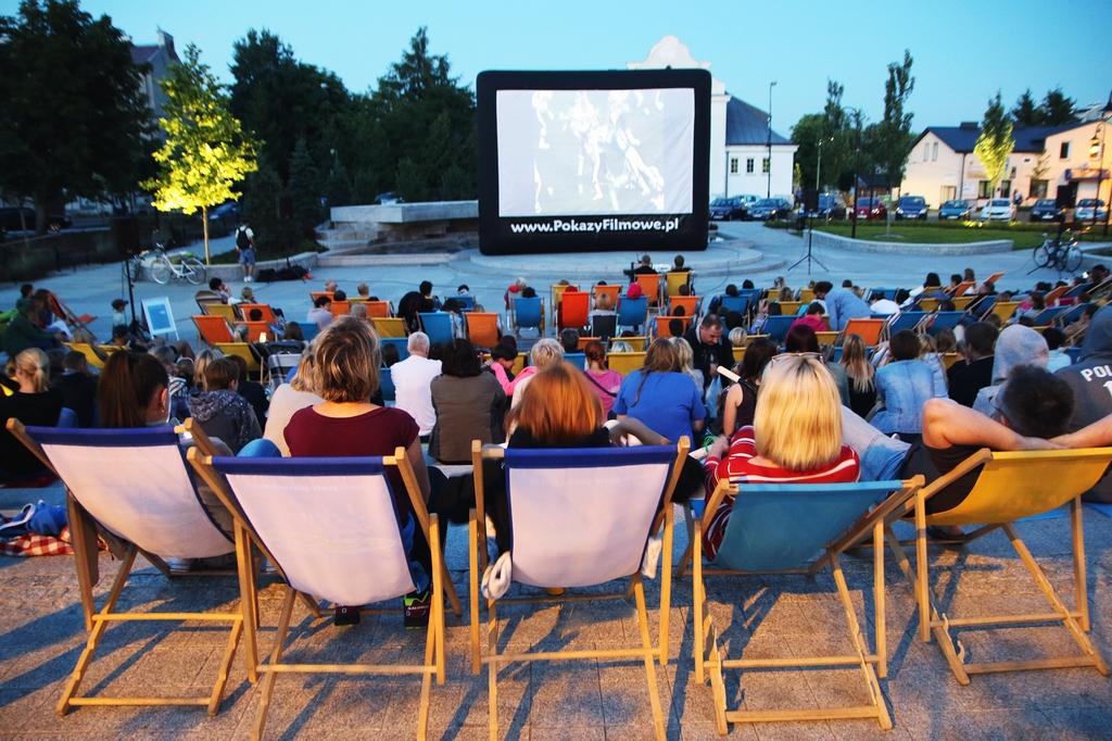 Kino Plenerowe na skwerze Kisiela w Piasecznie foto Marcin Borkowski